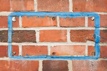 Der Platz an einer Ziegelmauer wo mal ein Schild gewesen ist