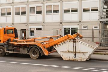 Ein LKW holt einen Abfallcontainer ab