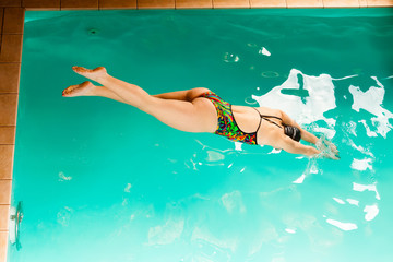 Swimming woman in pool.