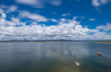 Nubes y reflejos sobre el pantano de Gabriel y Galán