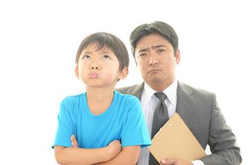 がっかりした表情の教師と男の子