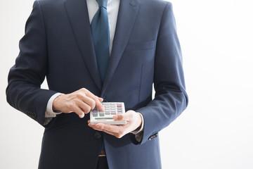 電卓をもつビジネスマン
