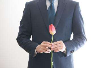花を持つビジネスマン