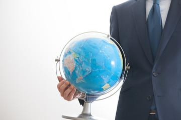 地球儀を持つビジネスマン