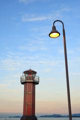 赤灯台と電灯