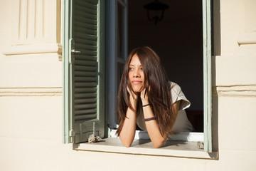 Frau schaut aus dem Fenster