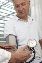 Männlicher patient bei der ärztlichen Untersuchung