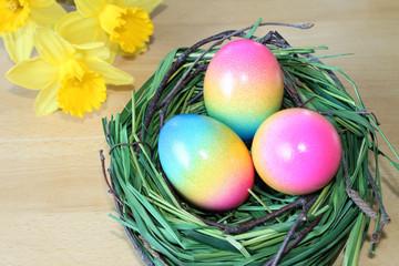 Frohe Ostern - Osterkorb mit bunt gefärbten Eiern