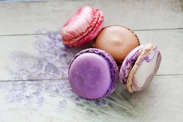 Bunte Macaron, grauer Holzuntergrund mit Lavendel
