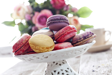 Viele bunte Macaron in Keramikschale