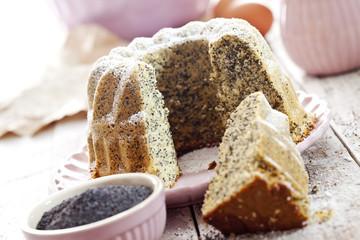 Mohnkuchen, Rührkuchen mit Puderzucker auf Teller