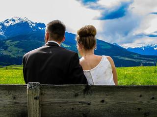 Paar auf Sitzbank