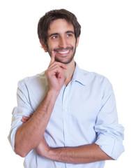 Mann mit Bart und schwarzen Haaren schaut verträumt