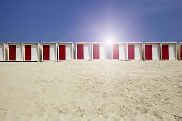 Strandkabinen im Sand bei schönem Wetter