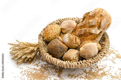 Brot und Brötchen im Brotkorb - 80302623