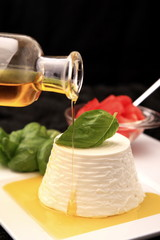 ricotta con basilico e olio d'oliva