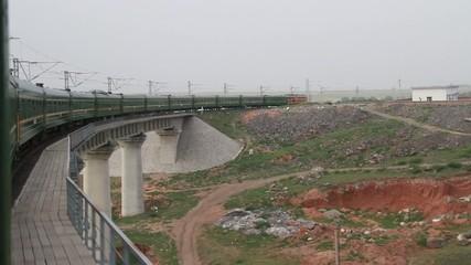 Tren pasando por un puente en China