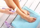Higiena nóg, kobieta nakłada piankę do depilacji