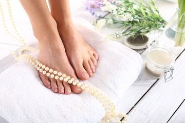 Piękne stopy kobiety podczas zabiegów pielęgnacyjnych