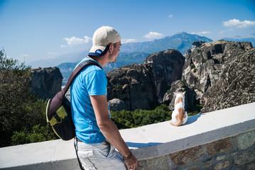 homme et chat, montagne