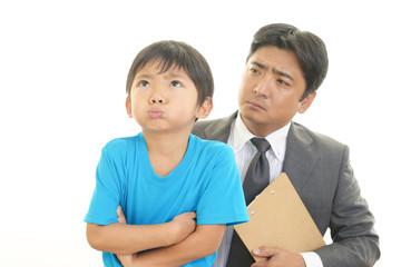 困惑した表情の教師と男の子