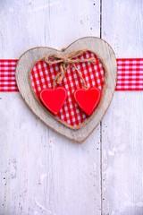 Postkarte  - Herz auf Holz - rot/weiß