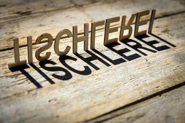Buchstaben aus Holz bilden das Wort Tischlerei