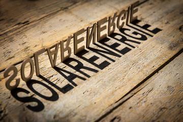 Buchstaben aus Holz bilden das Wort Solarenergie