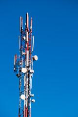 Mobilfunkmast und blauer Himmel