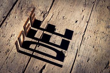 Buchstaben aus Holz bilden das Wort Idee