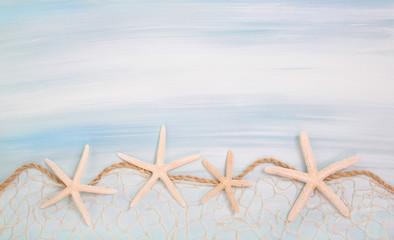 Blauer Sommer Hintergrund mit Meer und Seesterne zur Deko