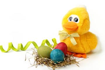 Pulcino di peluche e uova di Pasqua