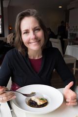 femme au restaurant gastronomique