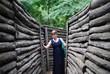 Женщина стоит в окопах Прохоровка