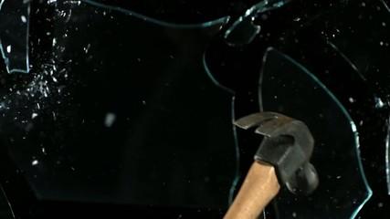 молоток разбил стекло