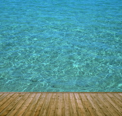Badesteg aus Holz mit klarem blauen Wasser