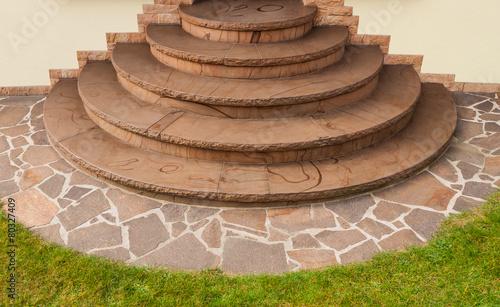 Leinwanddruck Bild Positive Kegeltreppe aus braunem Buntsandstein mit Imprägnierung