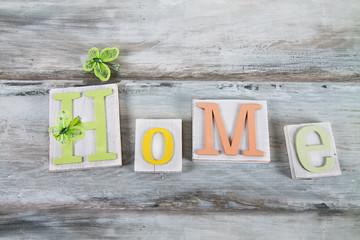 scritta ''home'' sul legno
