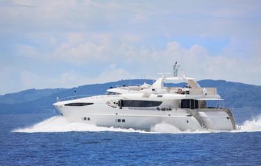 Luxuriöse Motoryacht in freier Fahrt