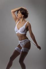 Frau in weißer Unterwäsche
