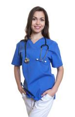 Stehende Krankenschwester mit dunklen Haaren