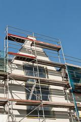 Ein Baugerüst an einer Haufassade - Fassadenrenovierung