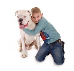 Junge umarmt seinen Hund