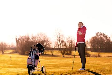 Junge Golferin macht ein Daumen hoch Zeichen
