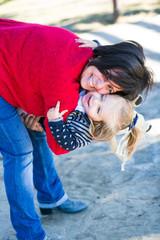 mama jugando con su hija