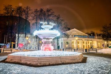 """Фонтан с подсветкой на фоне Театра """"Эрмитаж""""."""