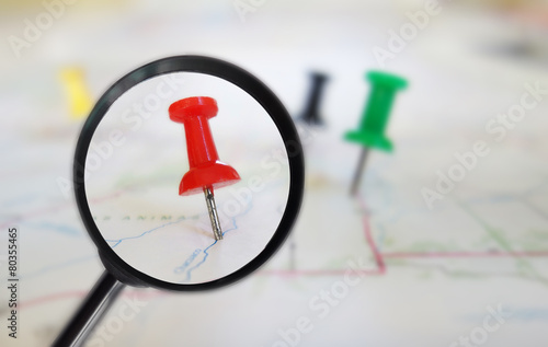 Map tacks magnified - 80355465