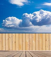 passerelle et palissade bois avec vue mer et ciel