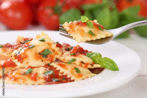 Tuinposter Kruidenierswinkel Ravioli Nudeln essen mit Tomaten Sauce Pasta Gericht mit Basilik