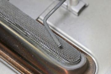 シリコンを除去したファンヒーターのフレームロッド